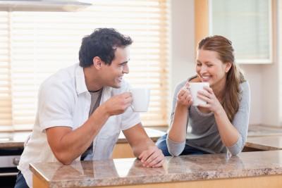 זוג מרוצה במטבח