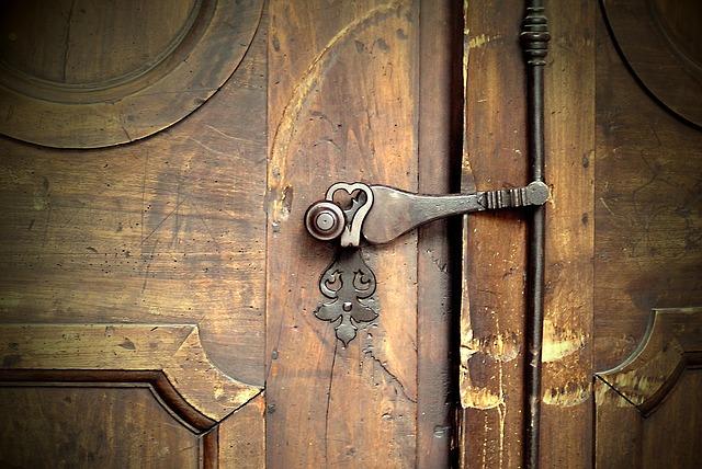 דלתות עתיקות לכניסה